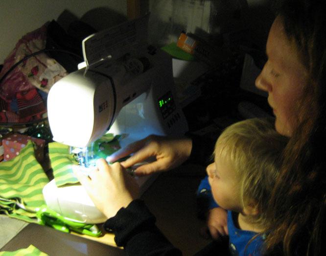 Faszination Nähmaschine (dieses Foto ist vom Dez. 2014 und mein größerer Räuber ist noch so süß und klein)