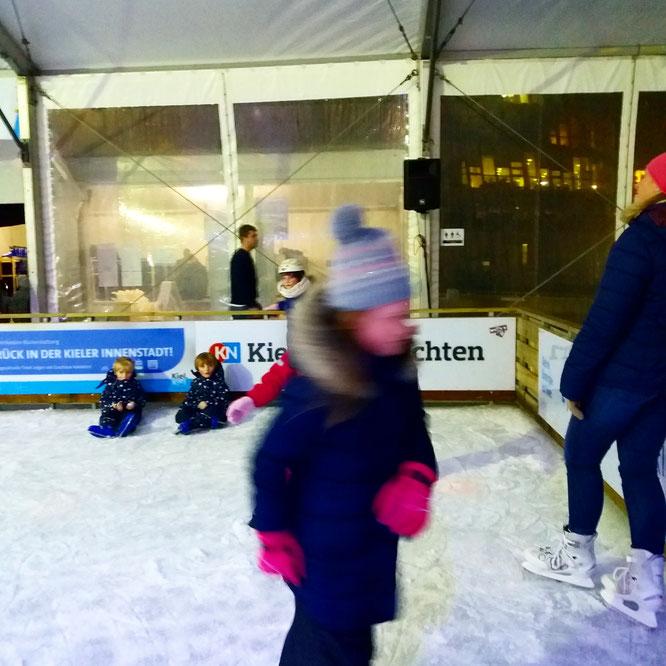 Eislauf-Saison-Eröffnung: alle Kinder erschöpft und glücklich