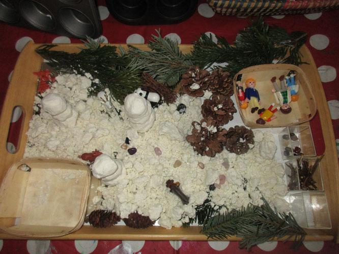Winterliche Einladung bzw. Reggio-Provokation zum kreativen Spielen mit unserem Indoor-Schnee