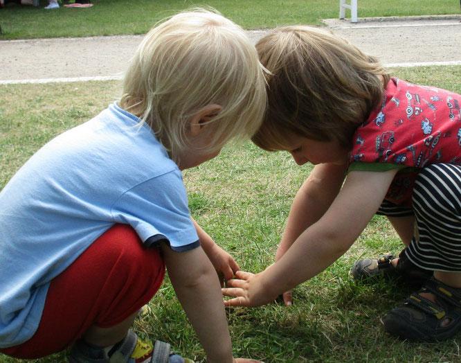 Geschwister unter sich (zuhause am Streiten und unterwegs ständig gemeinsam beim Entdecken und sich gegenseitig unterstützen)