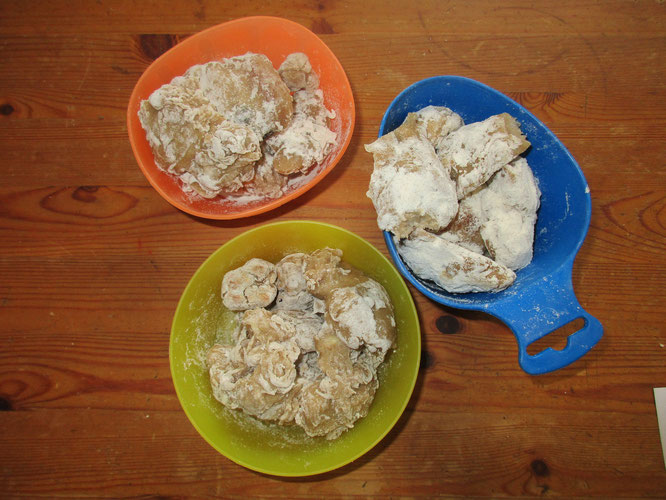 Backexperiment ohne Mama: sollten Plätzchen werden, aber ohne Butter und Co schmeckt es leider nicht danach - wir reden jetzt mal darüber, was da so reingehört. Aber ich hab ein Problem damit die Räuber mit Lebensmitteln experimentieren zu lassen...