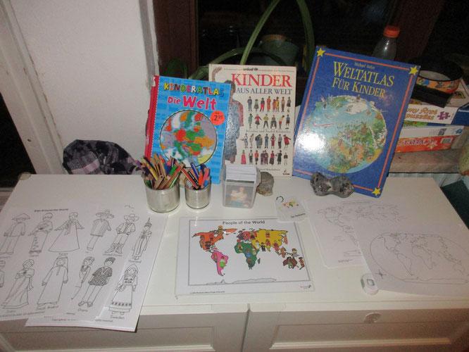 """""""Entdecke die Welt""""-Tisch, Reggio Provokation zum Atlas, Einladung, Kinder unserer Welt entdecken"""
