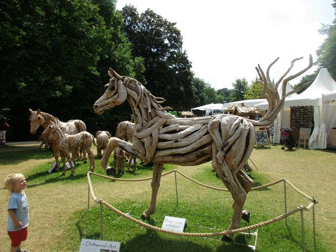 Kleiner Mann und große Kunst - die Pferde sind aus Treibholz gemacht