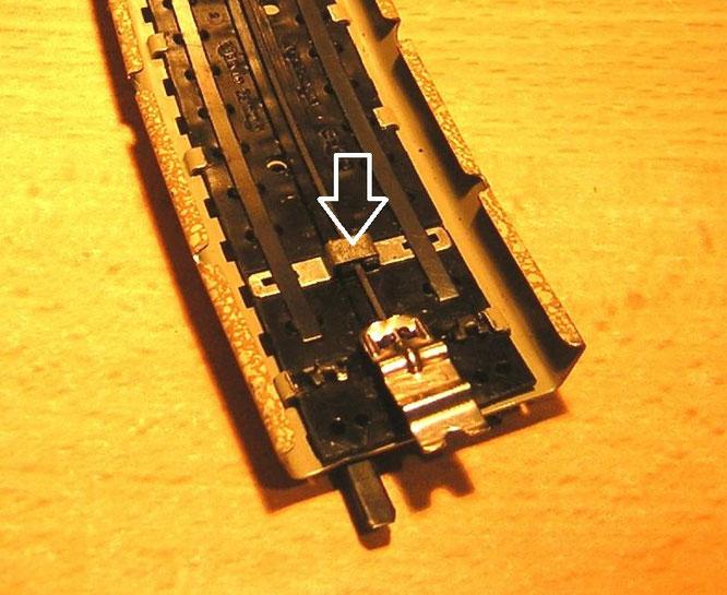 Unterseite des Modellgleises mit der Verbindungsbrücke der Schienen.