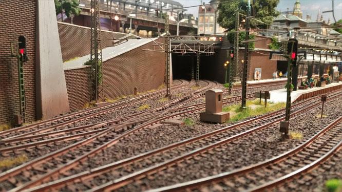 Ein hervorragend gestalteter Bahnhofsbereich mit K-Gleis und individueller Schotterung (Bild C. Hanke)!