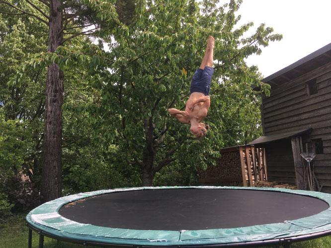 Nachwuchstalent Anton Weiss, in diesem Jahr bei den Männern Zehntplatzierter der BaWü Meisterschaften, hält sich im heimischen Garten am Trampolin fit