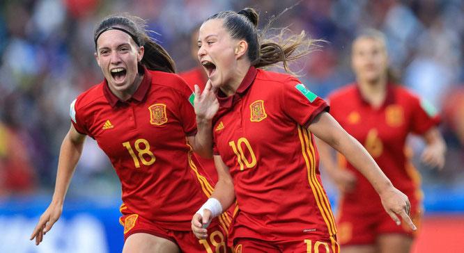 Claudia Pina celebra el segundo gol de España junto a Eva Navarro. BUDA MENDES (GETTY IMAGES)