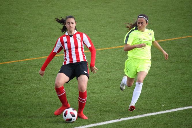 Urru (Athletic B) y Myriam (Añorga) en la disputa de un balón - Foto: Conchi Sánchez