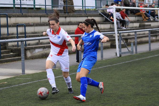 Ane Agirre y Mery en una disputa de balón - Foto: barakaldodigital.blogspot.com