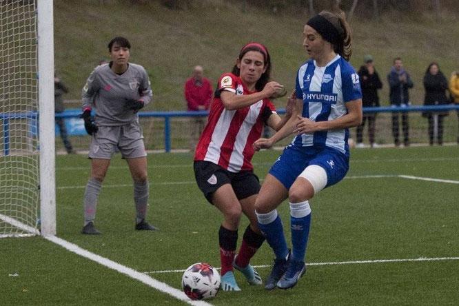Ane Miren y Elexpuru en una jugada del encuentro - Foto: