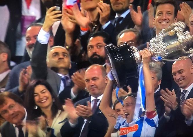 Sandra con la Copa de la Reina - Foto: Hamaika TV