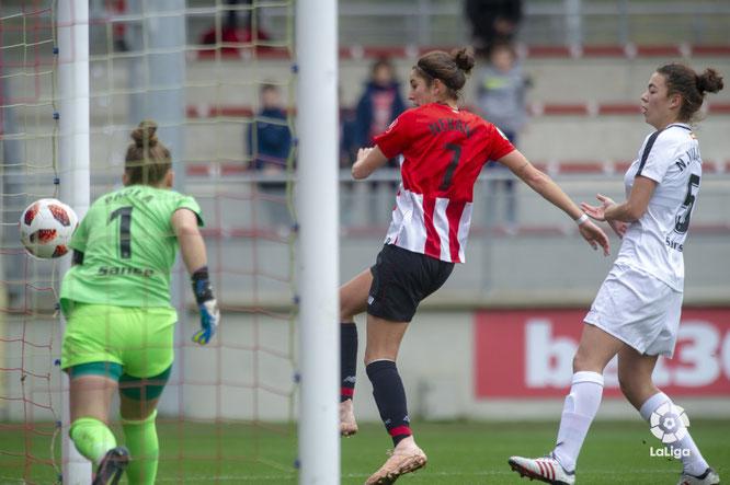 Momento en el que Nekane marca el primer gol del encuentro - Foto: LaLiga