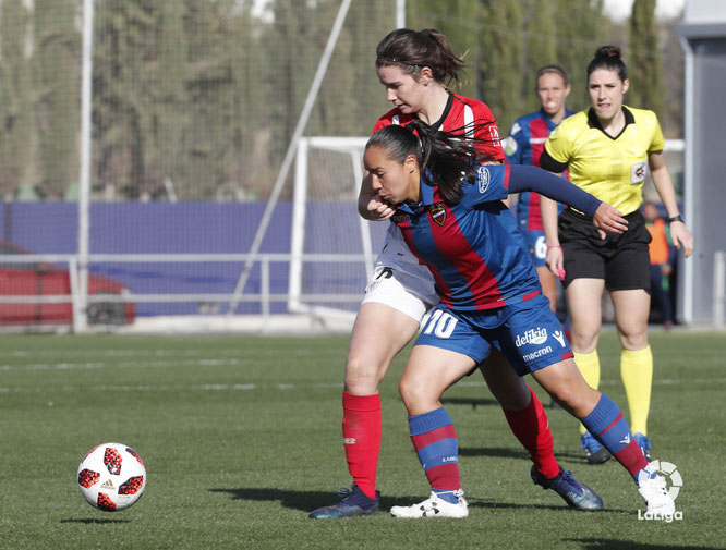 Charlyn y Damaris disputan un balón - Foto: Laliga