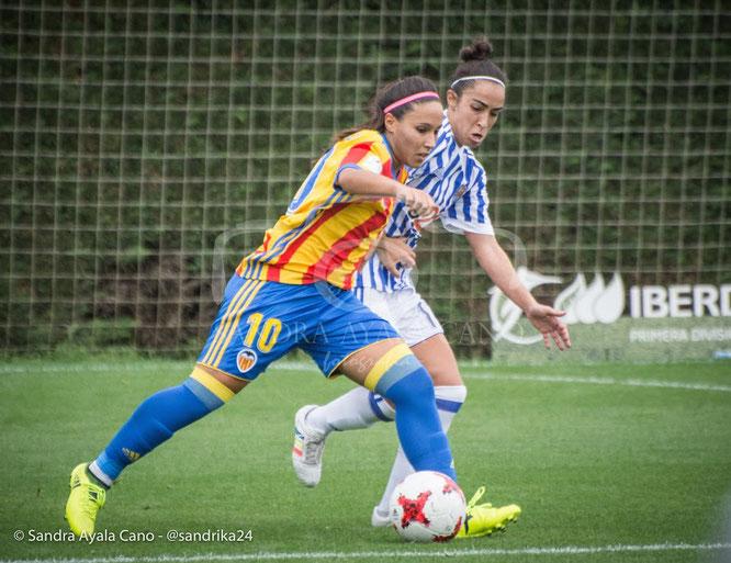Chini (Real Sociedad) y Mari Paz (Valencia) disputan un balón - Foto: Sandra Ayala