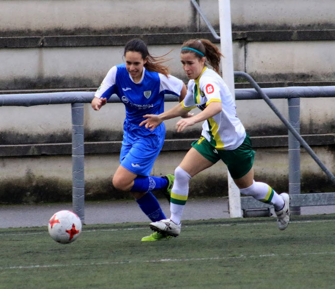 Nerea Cano y Yasmín en la disputa de un balón - Foto: barakaldodigital.blogspot.com
