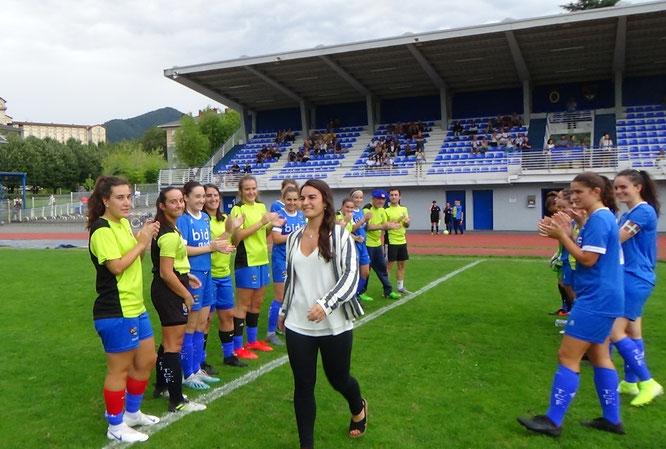 Mireia Igartua es homenajeada por sus compañeras - Foto: Noski Sky