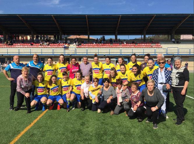 Pioneras del fútbol femenino en Igorre (Soberano), con la actual plantilla del Arratia - Foto: meprestaelbierzo.com