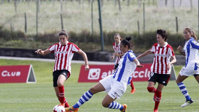 Nekane del Athletic y Sandra García del Sporting disputan un balón - Foto: @laliga