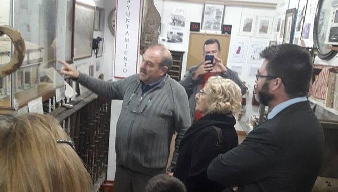 Valentín González, presidente de Vicus Albus muestra a la alcaldesa las piezas del Museo de Vicálvaro