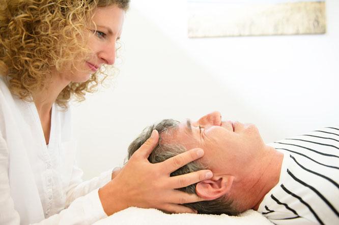 Osteopathin und Physiotherapeutin Catrin Kreipe in Soltau bei einer osteopathischen Behandlung.