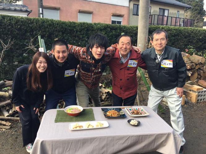 写真左から吉野さん夫妻、リポーター、日高榮治さん、吉村正暢
