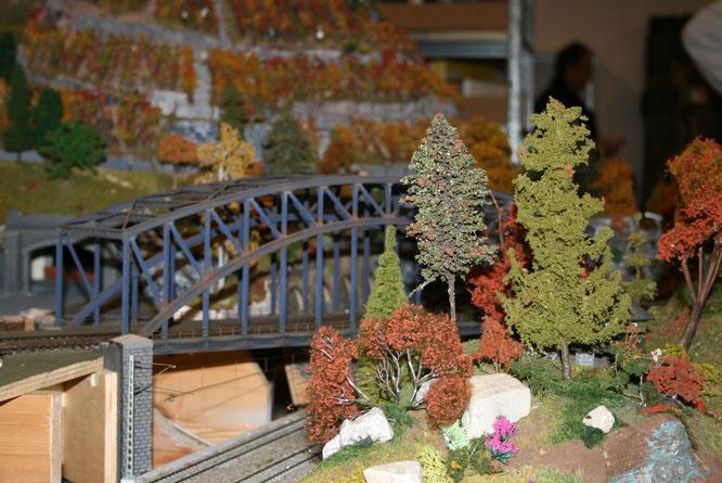 Die Brücke über die Paradestrecke