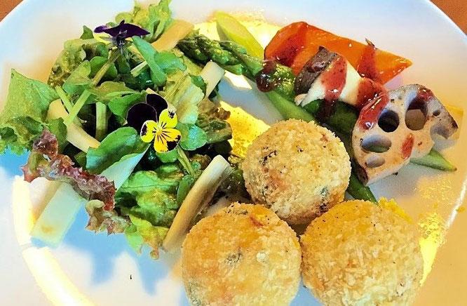初日の夕食のメインディッシュ「新じゃがのコロッケと野菜のグリル」