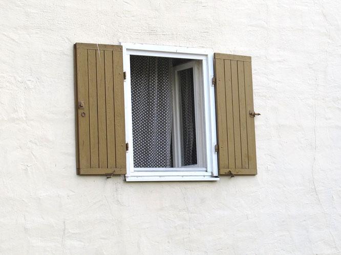 Für eine Stoßlüftung wird das Fenster kurzzeitig vollständig geöffnet.