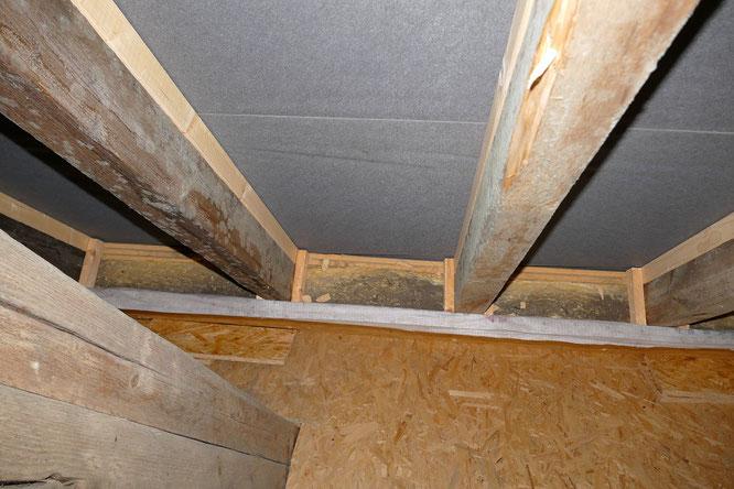 Schimmel an den Balken in einem nicht gedämmten Dachgeschoss