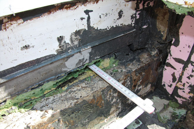 Zwischen dem Rahmenprofil der Terrassentür und dem darunter als Höhenausgleich angebrachten Holm lag ein nach außen vorstehendes Profil aus Metall vor.