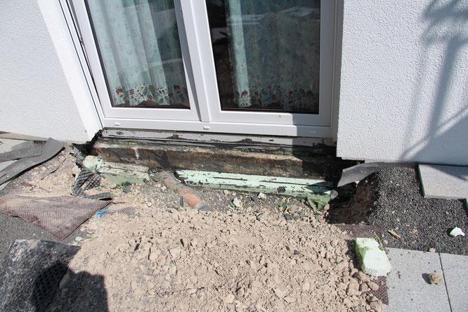 Beim Ortstermin war der Geländeanschluss an die Terrassentüren freigelegt.