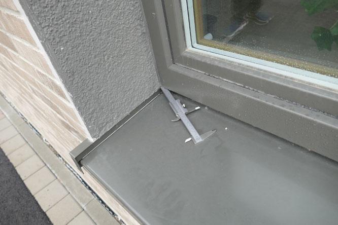 Am dreidimensionalen Anschluss zwischen Fensterbank, Fensterleibung und Fensterrahmen war eine offene Stelle vorhanden.