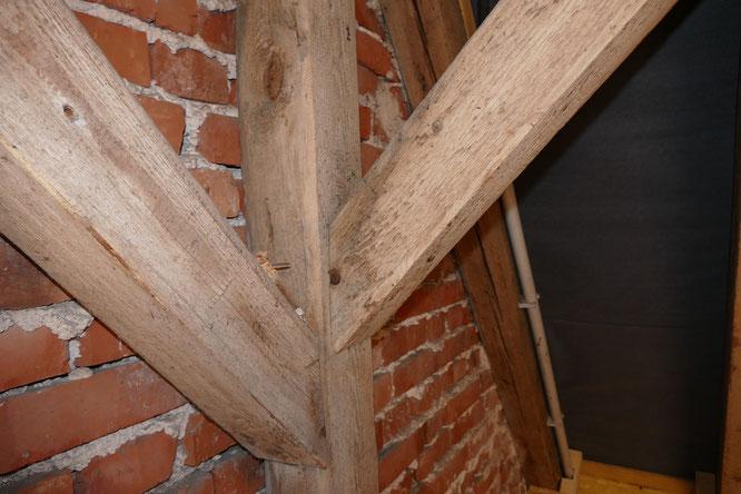 Im gesamten Dachgeschoss waren die Holzbalken von Schimmel befallen.