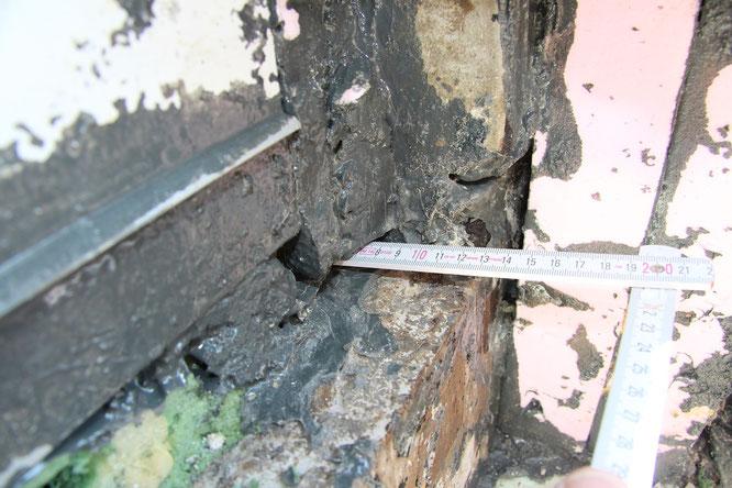 An den seitlichen Anschlüssen des Terrassentürprofils sowie an der unteren Fuge zwischen dem unteren Holm und der Bodenplatte lagen Unebenheiten, Kanten und Hohlstellen vor.