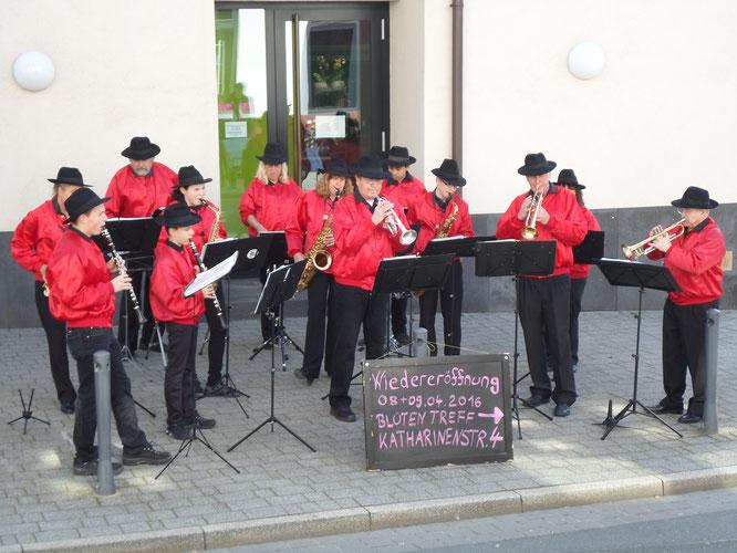 Sponsoren-Auftritt:  schwungvolle Klänge zur Neueröffnung des Blüten Treff in Kronberg
