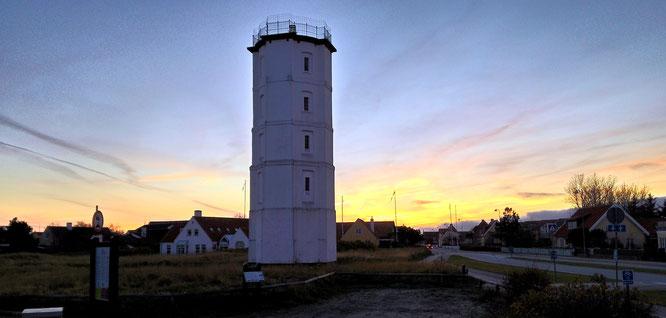 Auf dem weißen Leuchtturm von Skagen wurde ein offenes Feuer entfacht.