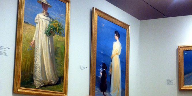 """Rechts im Bild: """"Sommerabend in Skagen - Die Frau des Künstlers"""" von Peder Severin Krøyer. (Skagenmuseum)"""