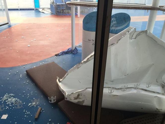 Abgebrochene Geländer, viele zerbrochene Glasscheiben