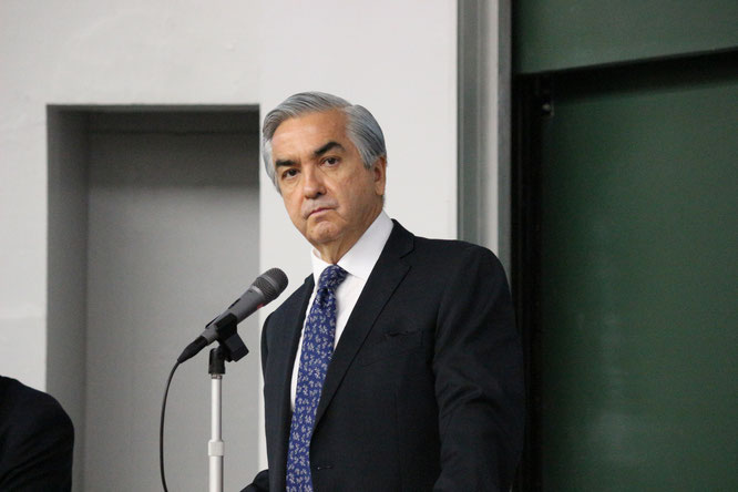 Ambassador Carlos Almada lectures at the Chuo Tama campus on December 1. Image from Chuo University Public Relations Office