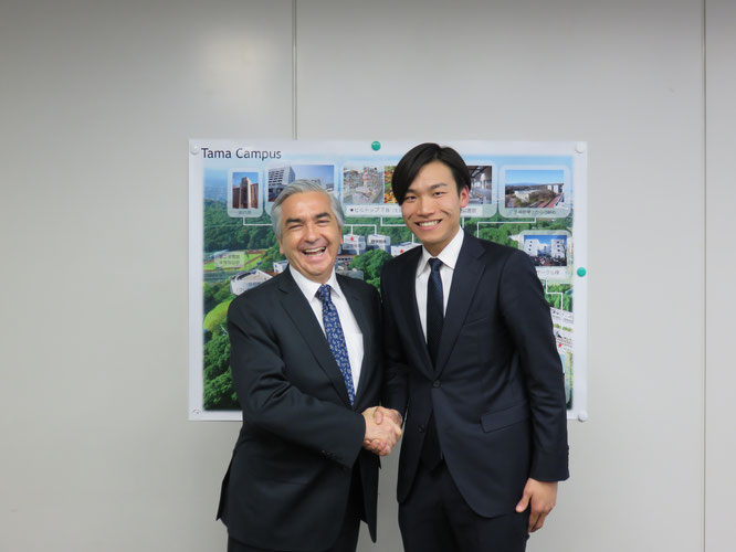 Ambassador Carlos Almada (left) and Hideki Kato (right), chairman of Hakumon Herald, pose for a photo after the interview.