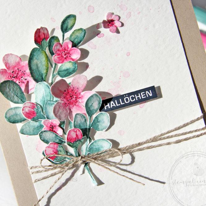 Grusskarte mit Kirschbluete und Aquarellelementen