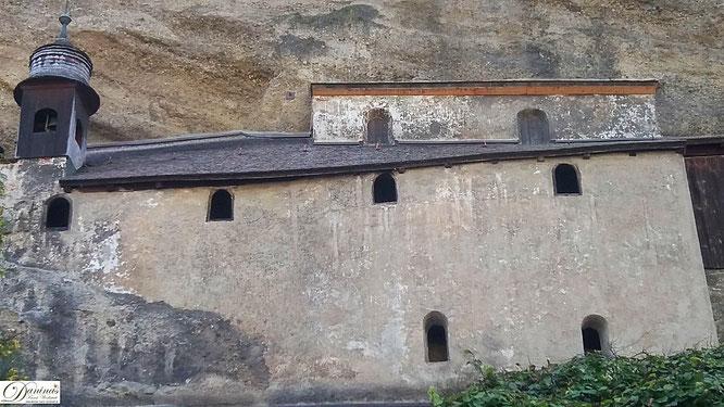 Salzburg. Die spätantiken Katakomben von St. Peter sind aus dem Mönschbergfelsen gehauen.