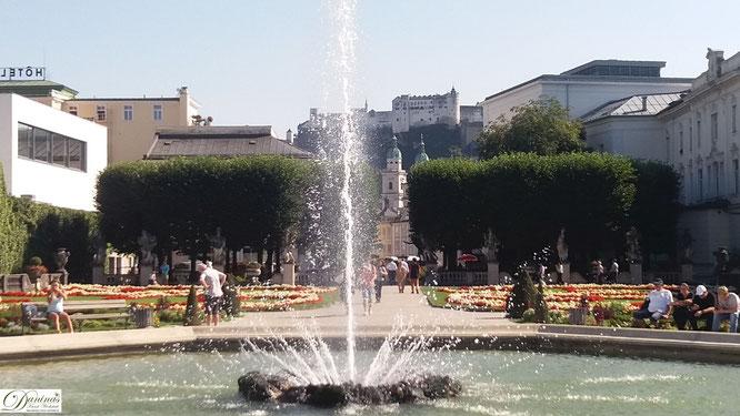 Große Fontäne im Mirabellgarten mit Blick zur Salzburger Festung & Dom