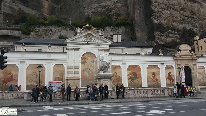Salzburg, Pferdeschwemme mit wunderschönen Pferdebildern auf der Rückwand