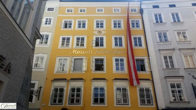 In der Getreidegasse im Herzen der Salzburg Altstadt finden sich viele Sehenswürdigkeiten, wie Mozarts Geburtshaus