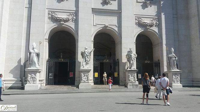 Salzburger Dom Portal - Drei große Bronzetore und vier Heiligenstatuen aus Marmor.