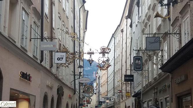 Getreidegasse in der Salzburger Altstadt mit den charakteristischen, nach oben kleiner werdenden Fenstern