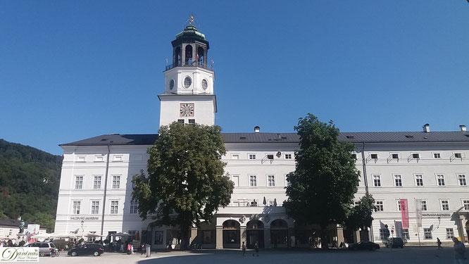 Das Glockenspiel in Salzburg läßt seit 1704 seine 35 Glocken Musikstücke spielen.