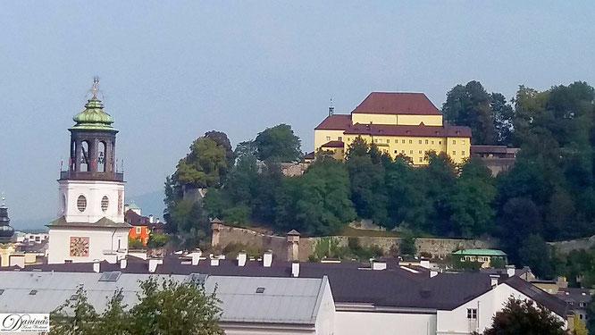 Salzburg, Kapuzinerkoster am Kapuzinerberg, links im Bild der Salzburger Glockenspiel Turm