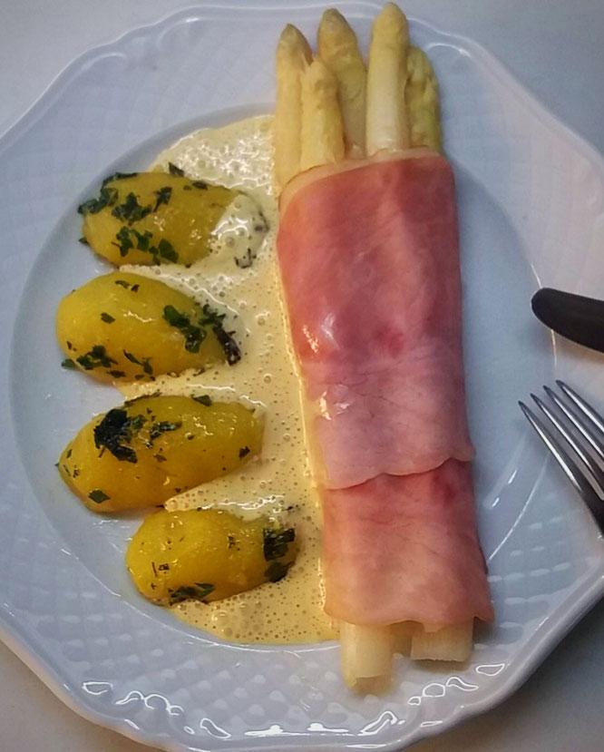 Sauce Hollandaise an weißem Spargel mit Schinken und Petersilkartoffeln.